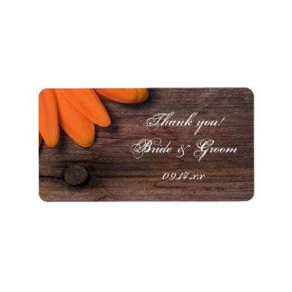 El boda rústico de la margarita anaranjada le etiqueta de dirección