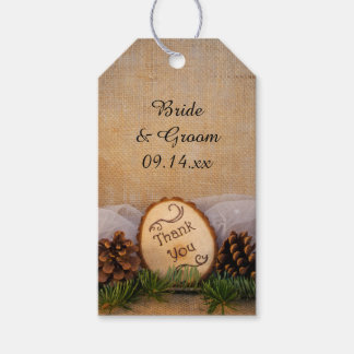El boda rústico del arbolado de los pinos le etiquetas para regalos