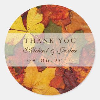 El boda seco de la caída de la hoja del otoño le pegatina redonda