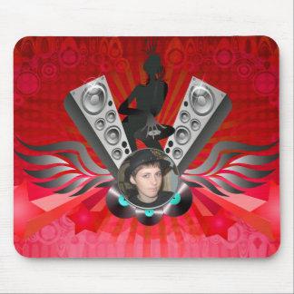 El bombeo de los altavoces de la señora DJ añade Alfombrillas De Ratón