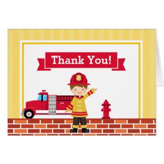 El bombero le agradece cardar la tarjeta de nota