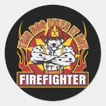 El bombero tiene gusto de él caliente pegatina redonda