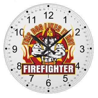 El bombero tiene gusto de él caliente reloj redondo grande