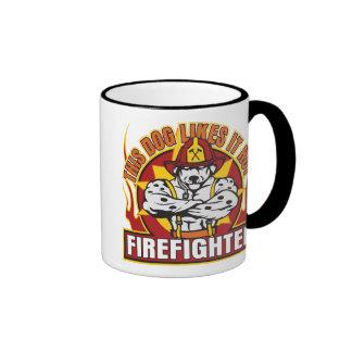 El bombero tiene gusto de él caliente taza de dos colores