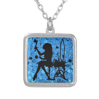 El bonito es diamante azul femenino metálico brill colgante cuadrado
