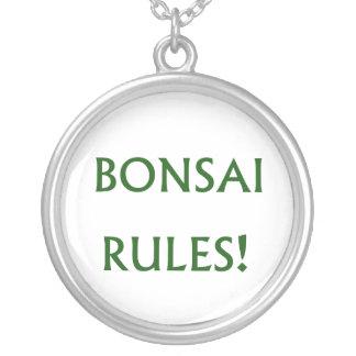 El bonsai gobierna el texto verde collar plateado