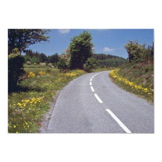 """el borde de la carretera amarillo florece, las invitación 5"""" x 7"""""""