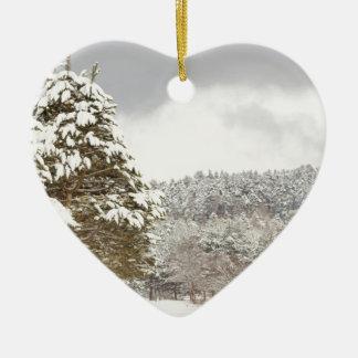 El bosque debajo de la nieve en el invierno adorno navideño de cerámica en forma de corazón
