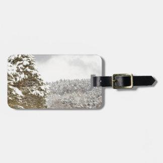 El bosque debajo de la nieve en el invierno etiqueta para maleta