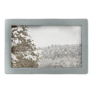 El bosque debajo de la nieve en el invierno hebillas cinturón rectangulares