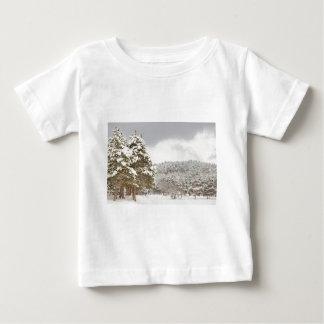 El bosque debajo de la nieve en el invierno playera para bebé