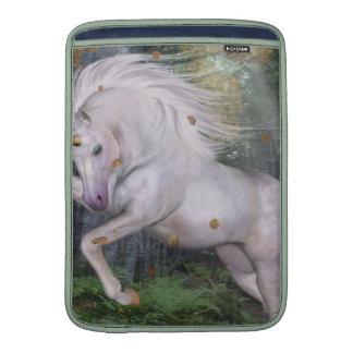 El bosque del unicornio protagoniza el azul de funda para macbook air