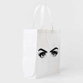 El bosquejo para mujer observa el bolso de bolsas reutilizables