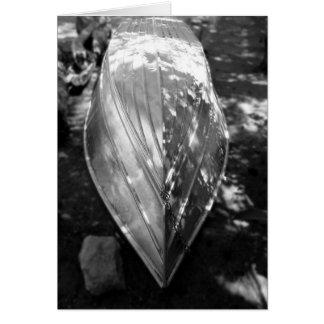 El bote de remos en blanco y negro, esconde dentro tarjeta de felicitación