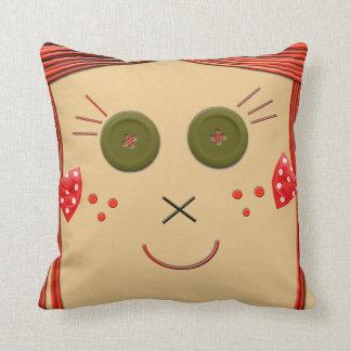 El botón de la muñeca de trapo observa la almohada cojín decorativo