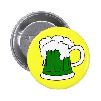 El botón de St Patrick verde de la cerveza Pin