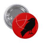 El botón del Pin de los muchachos del cuervo