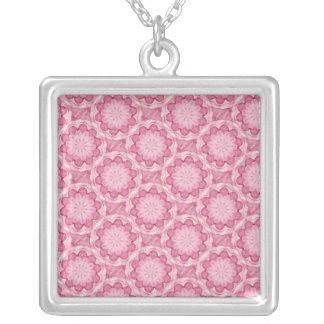 El bottlecap rosado florece el collar