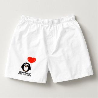 El boxeador divertido del pingüino del amor pone calzoncillos