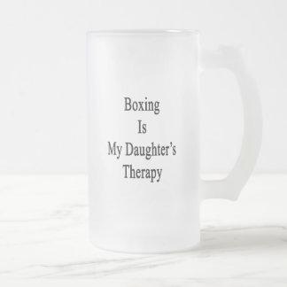El boxeo es la terapia de mi hija taza cristal mate