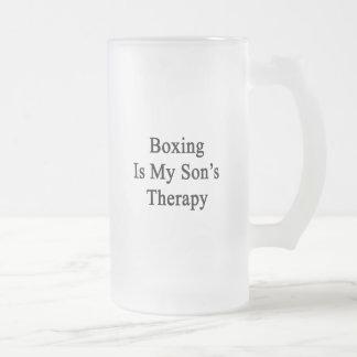 El boxeo es la terapia de mi hijo taza cristal mate