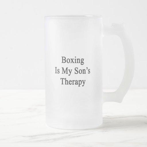 El boxeo es la terapia de mi hijo taza