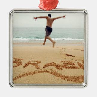 EL BRASIL. Hombre de Barechest que lleva un juego  Ornamento Para Arbol De Navidad