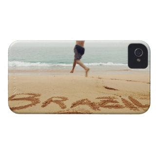 EL BRASIL. Hombre de Barechest que lleva un juego  Case-Mate iPhone 4 Carcasas
