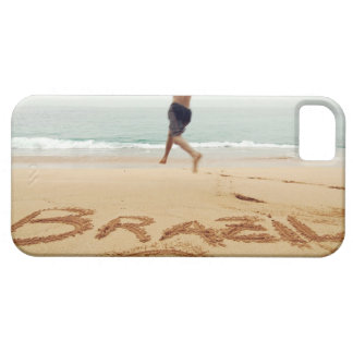EL BRASIL. Hombre de Barechest que lleva un juego  iPhone 5 Case-Mate Carcasa