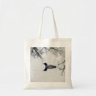 El bribón común nada en un lago septentrional en bolsa tela barata