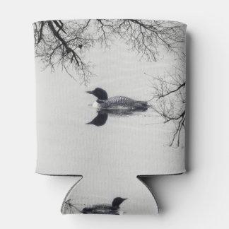 El bribón común nada en un lago septentrional en enfriador de latas