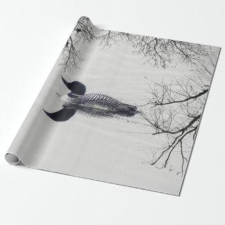 El bribón común nada en un lago septentrional en