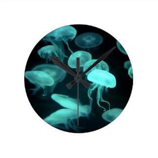 el brillar intensamente de los pescados de jalea reloj de pared