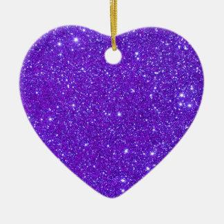 El brillo púrpura de la chispa crea sus los adorno de cerámica en forma de corazón