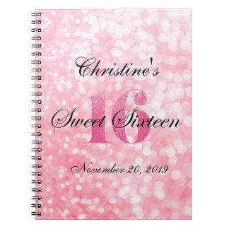 El brillo rosado enciende el libro de visitas del libros de apuntes con espiral