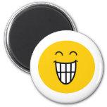 El bromear alrededor de cara sonriente imanes para frigoríficos