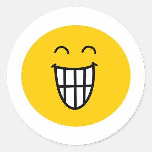 El bromear alrededor de cara sonriente etiqueta redonda