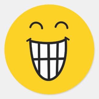 El bromear alrededor de cara sonriente etiquetas redondas
