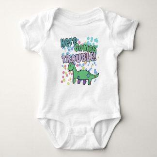 El Brontosaurus aquí viene ropa del problema Body Para Bebé