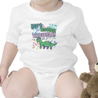 El Brontosaurus aquí viene ropa del problema Camiseta