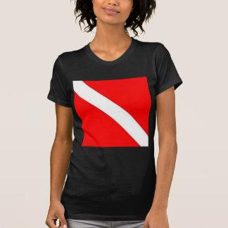 El buceador abajo señala diseño por medio de una camiseta