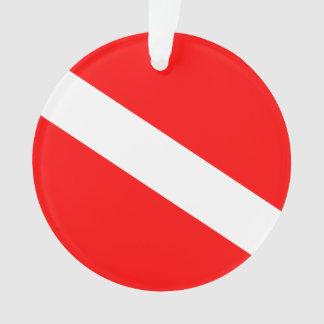 El buceador abajo señala por medio de una bandera