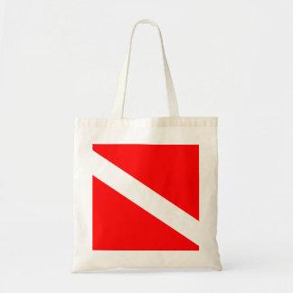 El buceador abajo señala por medio de una bandera bolsa tela barata