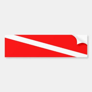 El buceador abajo señala por medio de una bandera pegatina para auto