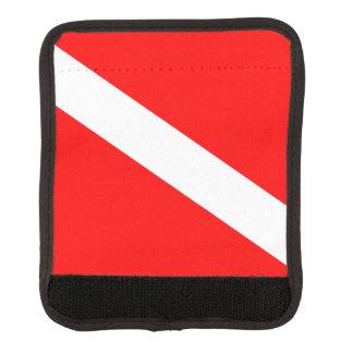 El buceador abajo señala por medio de una bandera funda para asa de maleta