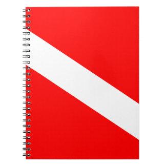 El buceador abajo señala por medio de una bandera note book