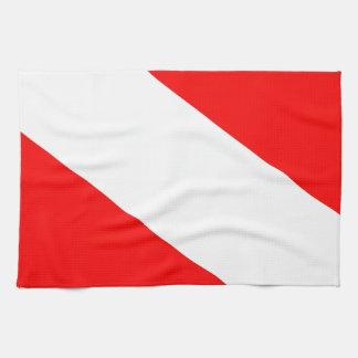 El buceador abajo señala por medio de una bandera toalla de mano