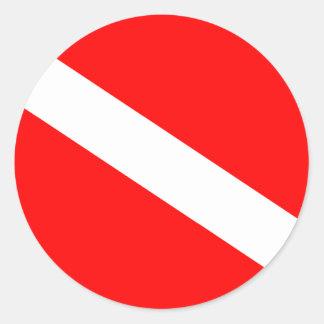 El buceador abajo señala por medio de una bandera pegatina redonda