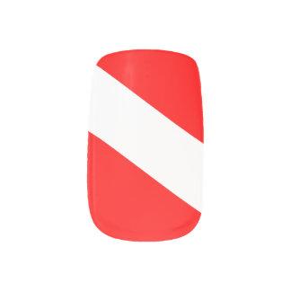El buceador abajo señala por medio de una bandera stickers para uñas
