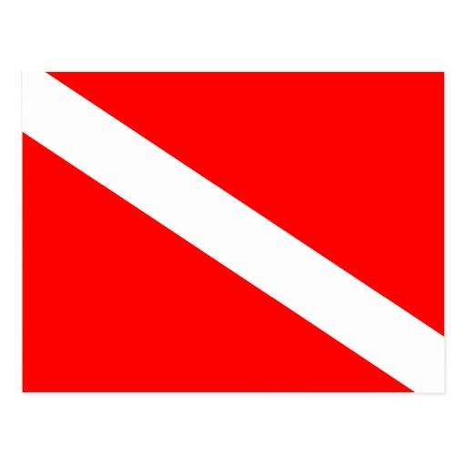 El buceador abajo señala por medio de una bandera postal